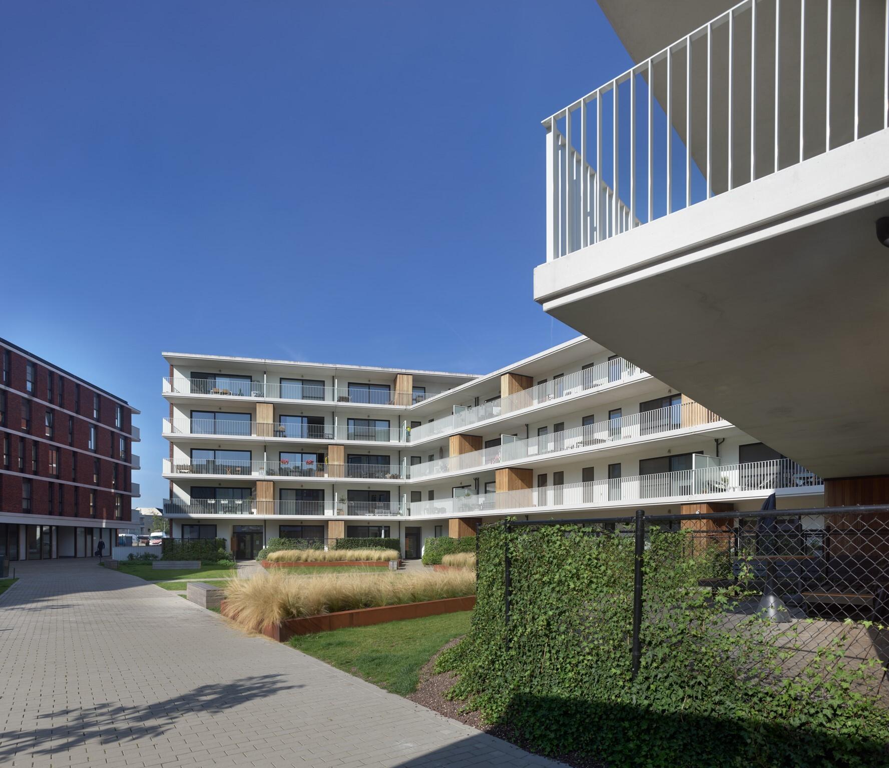 De ruime balkons van woonproject De Smedenpoort in Aalter hebben uitzicht op de binnentuin.