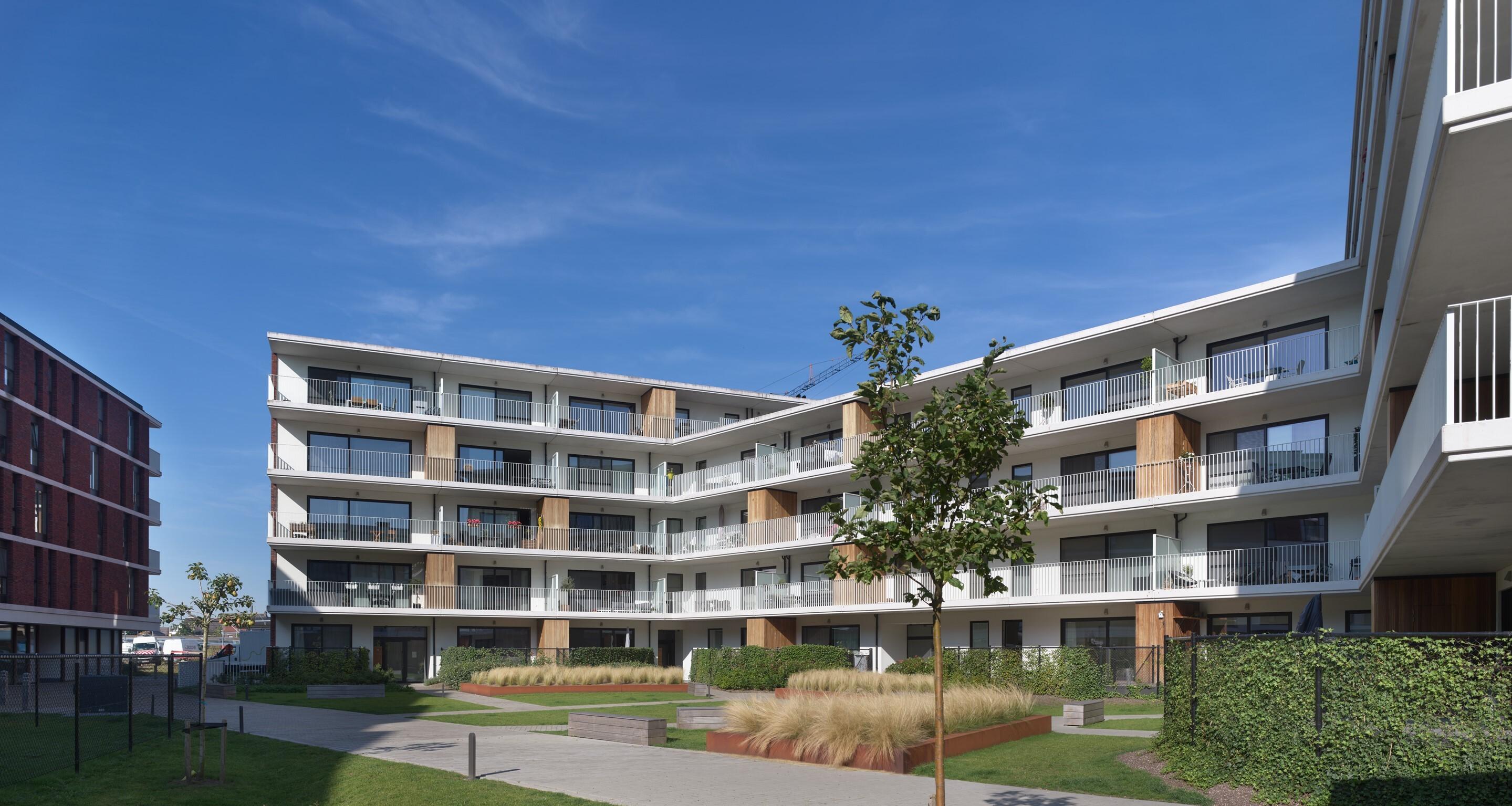De ruime terrassen van nieuwbouwappartementen De Smedenpoort geven uit op de binnentuin.