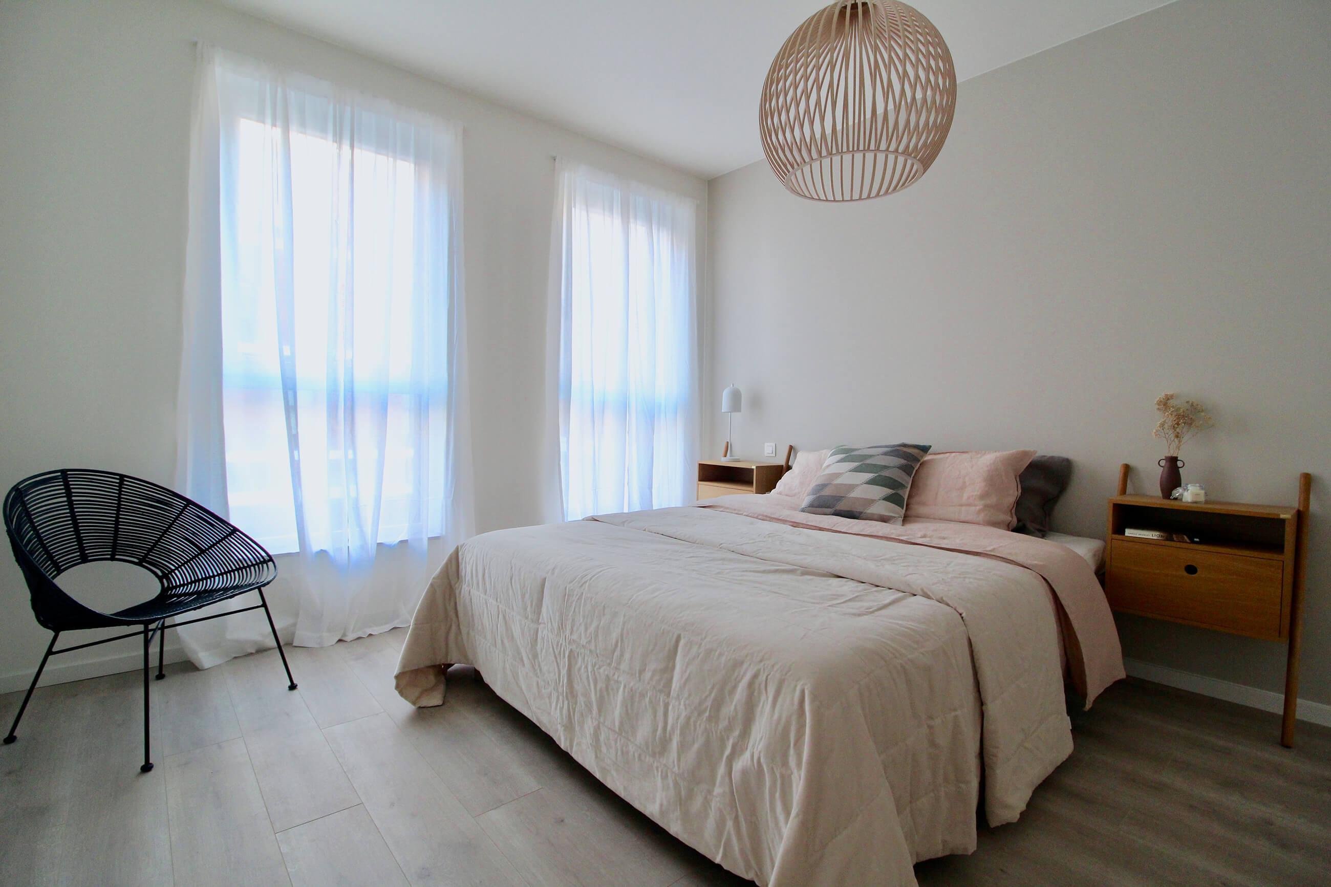 Een rustgevende slaapkamer met veel lichtinval in een nieuwbouwappartement van De Smedenpoort.