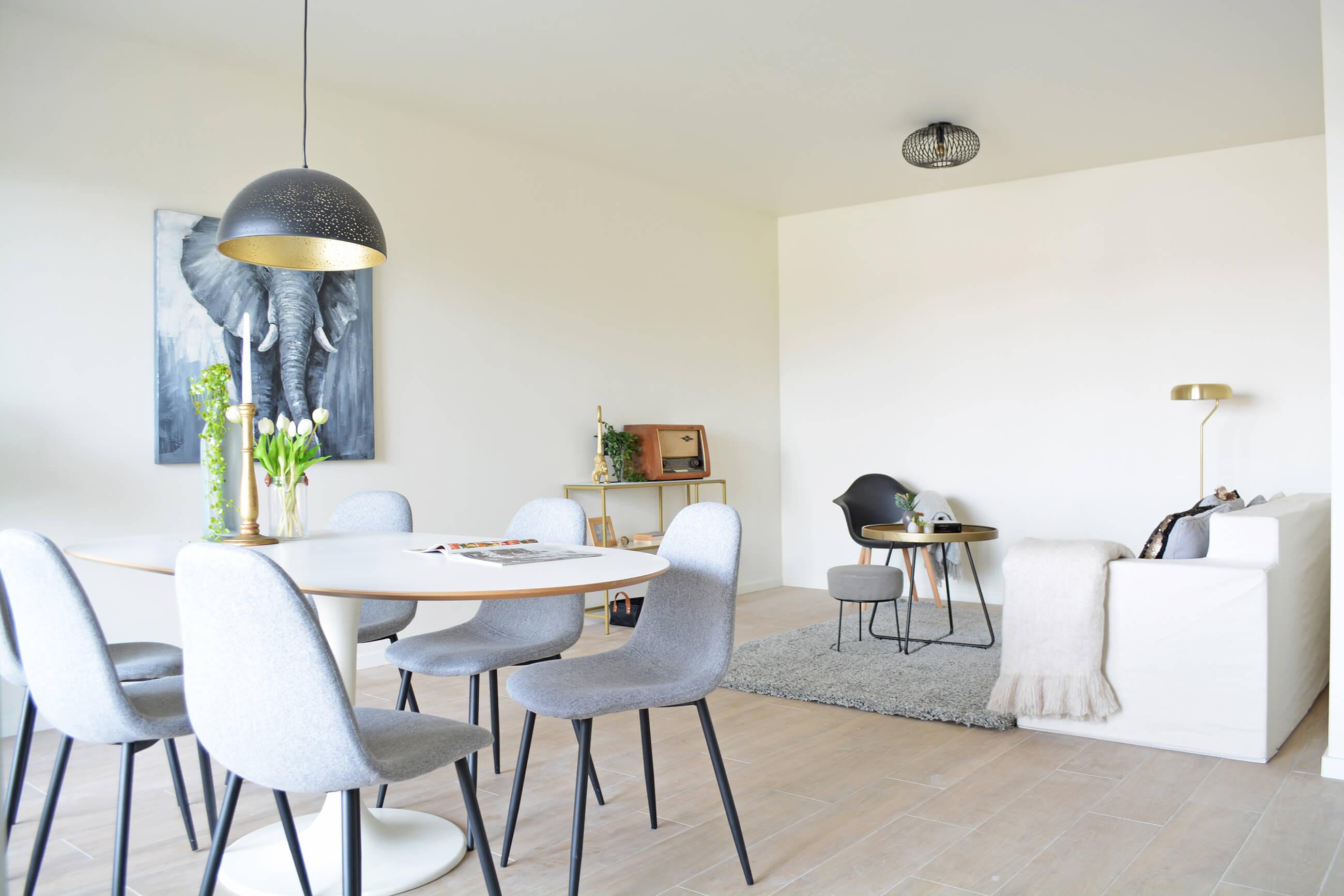Een stijlvol ingerichte woonkamer in een nieuwbouwappartement van de Smedenpoort.