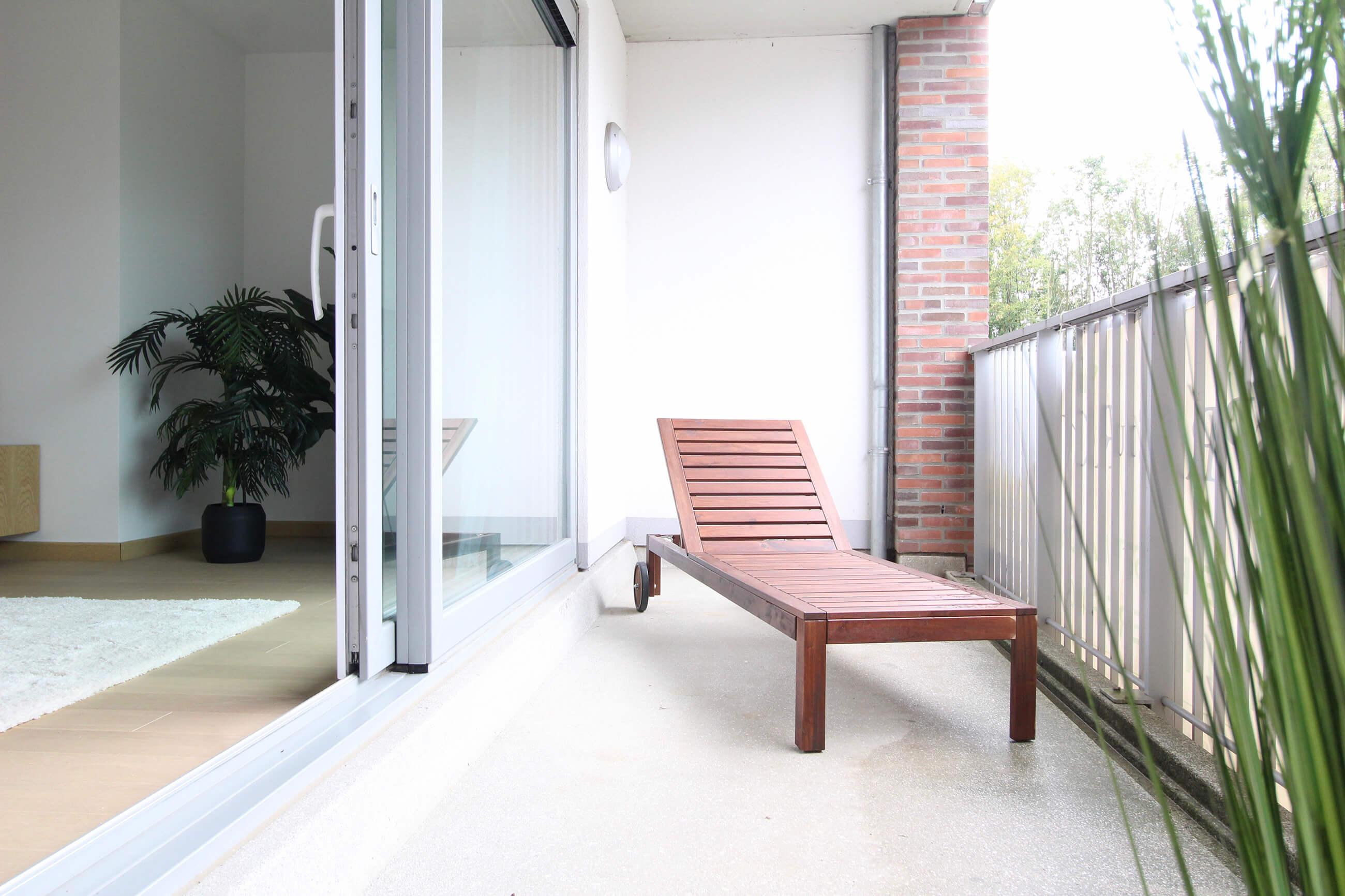 Het ruime balkon van een nieuwbouwappartement in woonwijk de Smedenpoort.
