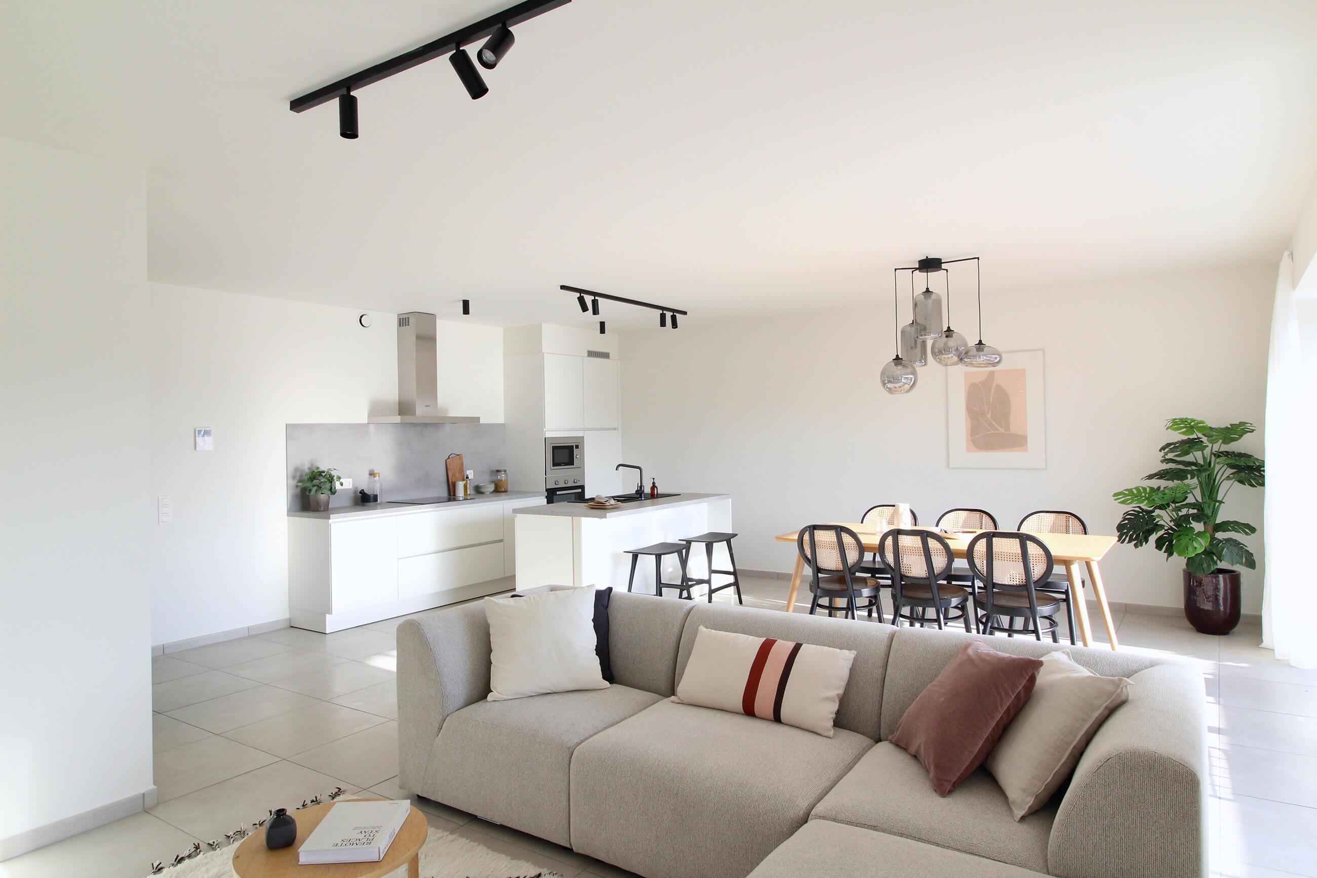 Toekomstbeeld van de ruime keuken, living en eetruimte in een appartement van De Smedenpoort.